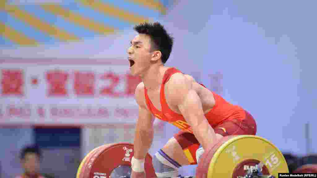 Пекин олимпиадасының чемпионы, қытайлық Ляо Хуэй жұлқа көтеруде 166 килограмды алып, әлем рекордын жаңартты. Бұл рекорд 14 жыл бойы жаңармай тұрған еді. Бұрынғы рекордты (165 кг) 2000 жылы Сидней олимпиадасында болгариялық Георгий Марков орнатқан. Ляо Хуэй серпе көтеруде де, қоссайыс қорытындысы бойынша да алтын медаль алды. Алматы, 10 қараша 2014 жыл.