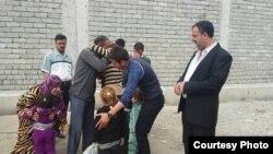 الناشط أبو شجاع مع مختطفين مُحرَّرين