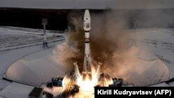 """Запуск ракеты-носителя с разгонным блоком """"Фрегат"""" и 19 спутниками с космодрома Восточный."""