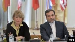 عباس عراقچی و هلگا اشمید در یکی از نشستهای ایران و گروه پنج به علاوه یک در وین