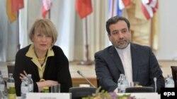 عباس عراقچی، معاون وزارت امور خارجه ایران در کنار هلگا اشمید، معاون مسئول سیاست خارجی و امور دفاعی اتحادیه اروپا