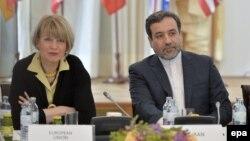 عباس عراقچی و هلگا اشمیت، از نمایندگان ایران و اتحادیه اروپا در مذاکرات هستهای