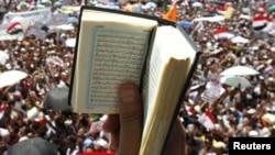 Многие демонстранты принесли на площадь Тахрир Коран
