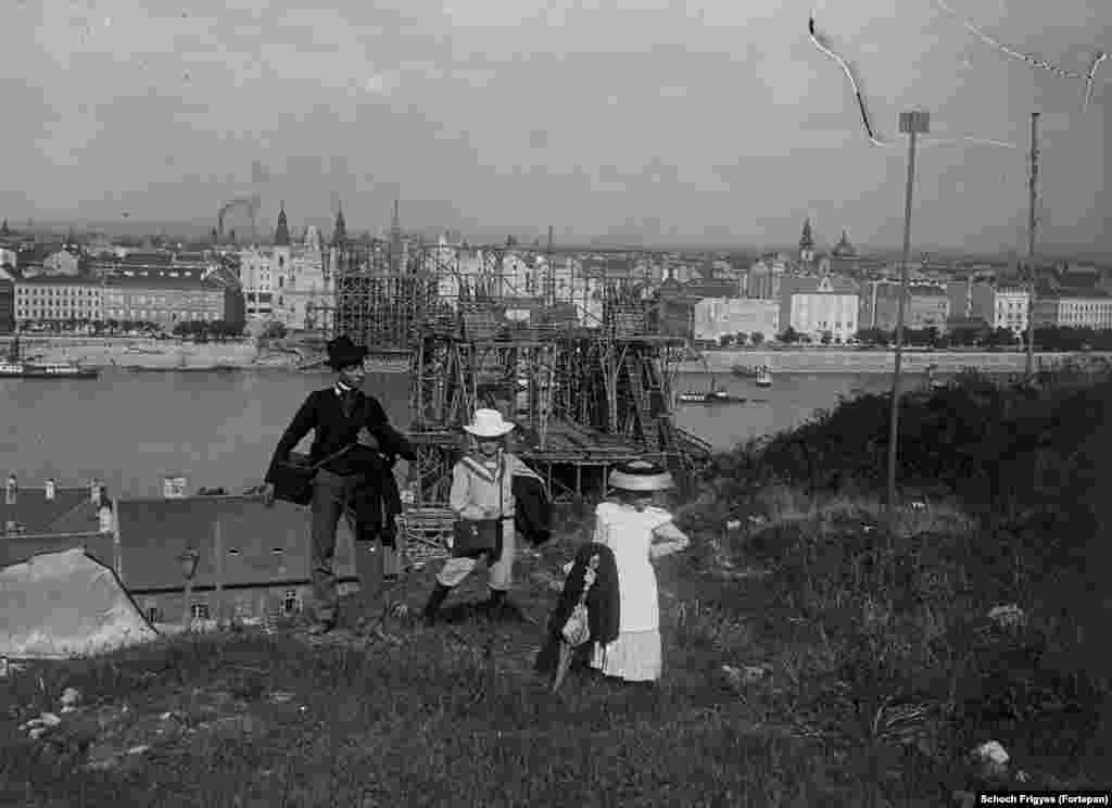 1900: Children from an upper-class family on Gellert Hill as the Elizabeth Bridge is constructed in the background.