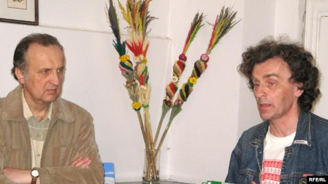 Анатоль Мяльгуй і Вітаўт Мартыненка з кнігай «222 альбомы беларускага року і ня толькі...» ў Горадні, 2009