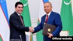 Uzbek President Islam Karimov (right) and visiting Turkmen President Gurbanguly Berdymukhammedov reportedly discussed the security situation in Afghanistan.
