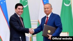 Президент Туркменистана Гурбангулы Бердымухамедов (слева) и президент Узбекистана Ислам Каримов. Ташкент, 8 октября 2015 года.