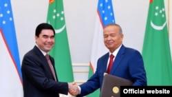 Өзбек президенти Ислам Каримов менен түркмөн президенти Гурбангулы Бердимухаммедов