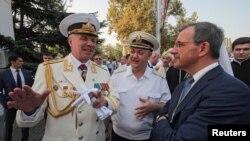 Французький депутат Тьєррі Маріані (п) з російськими флотськими командувачами в окупованому Севастополі, 31 липня 2016 року