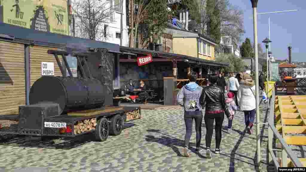 Гостей зустрічав оригінальний паровоз для смаження м'яса «Дим Димович»– ім'я йому обрали ялтинці на конкурсі у соціальних мережах