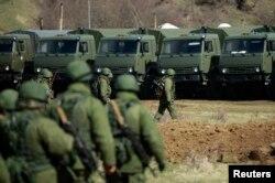 Російські «зелені чоловічки» біля бази Перевальне, що неподалік Сімферополя, 17 березня 2014 року