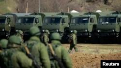 Զինված մարդիկ, ենթադրաբար, ռուսաստանցիներ, քայլերթ են անցկացնում Սիմֆերոպոլի շրջանում տեղակայված ուկրաինական ռազմակայանի մոտ, 17-ը մարտի, 2014թ.