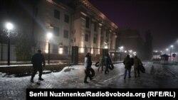 Під посольство Росії у Києві несуть шини, на місці до сотні людей - фоторепортаж