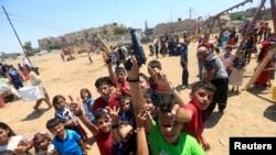 Иракские дети отмечают праздник Ураза-байрам в Мосуле, 25 июня 2017 года