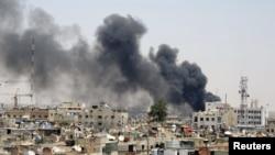 Shtëllunga tymi pas një eksplodimi në kryeqytetin e Sirisë, Damask, më 28 qershor