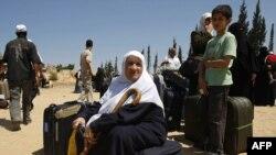 یک زن فلسطینی در گذرگاه رفح در مرز مصر