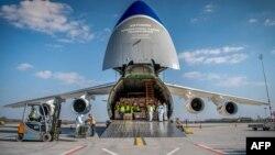 Radnici iskrcavaju kutije sa zaštitnom medicinskom opremom i materijalom s ukrajinskog teretnog aviona AN-124, koji je stigao iz Kine, 4 april 2020. aerodrom Liszt Ferenc u Budimpešti