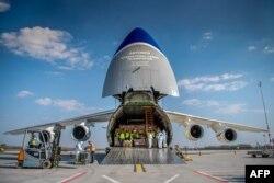 تخلیه تجهیزات بیمارستانی از هواپیمای اوکراینی در مجارستان