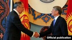 Президент Алмазбек Атамбаев Орусиянын тышкы иштер министри Сергей Лавровду кабыл алууда. Бишкек, 5-апрель, 2012.