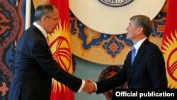 Россия ташқи ишлар вазири Сергей Лавров президент Алмаз Атамбаев билан ҳам учрашди.