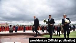 Prezidentler Magtymguly Pyragynyň ýadygärligine gül desselerini goýýarlar.