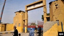 У ворот тюрьмы в Пакистане. Иллюстративное фото.
