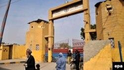 У ворот тюрьмы в Пакистане.