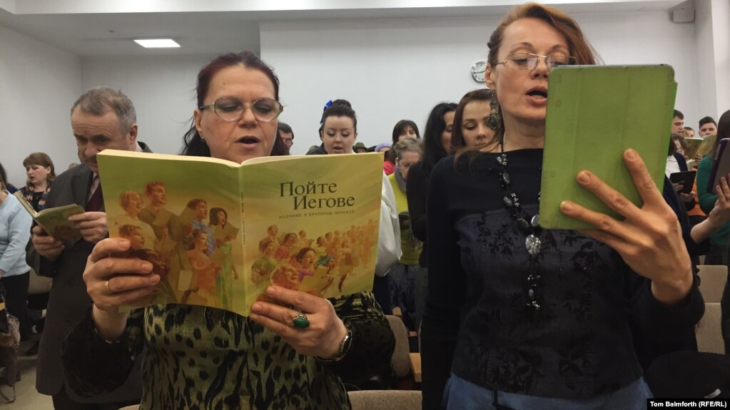 Kremlin To 'Look Into' Complaints That Jehovah's Witnesses Are Being