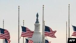 Flamuj në gjysmështizë për viktimat e Arizonës.