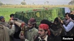 په کورمه کې د پوځي امیر خان خپلوان د ده جنازه وړي. دی په کورمه کې د سه شنبې په ورځ له طالبانو سره په نښته کې وژل شوی وو.