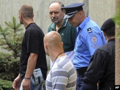Goran Hadžić u pratnji policije, 22., jul 2011.