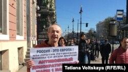 Один из участников пикетов в Петербурге