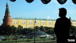 Мәскәү кремле сурәтендә билгесез кеше шәүләсе