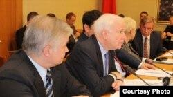 Джон Маккейн на канфэрэнцыі ў Вільні. Фота Хартыя 97