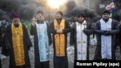 Священнослужителі під час протистоянь на вул. Грушевського у Києві