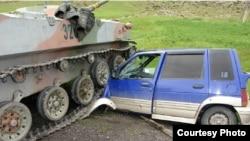 Автомобиль гражданина Кыргызстана, поврежденный узбекским танком. Иллюстративное фото.