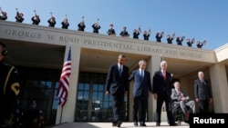 Ish-presidentët amerikanë Barack Obama (i pari majtas), George W. Bush, Bill Clinton, George H.W. Bush (në karrocë) dhe Jimmy Carter