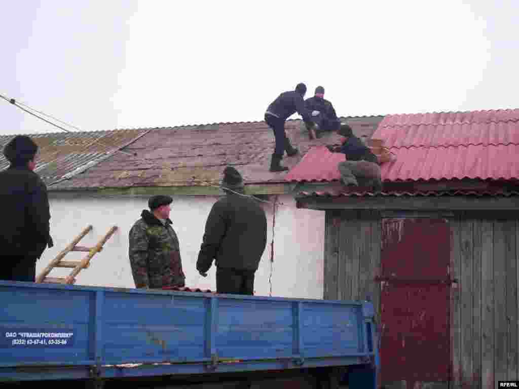 Рәшит Сәнҗәпов башлангычына авыл халкы өмә белән ярдәм итеп тора