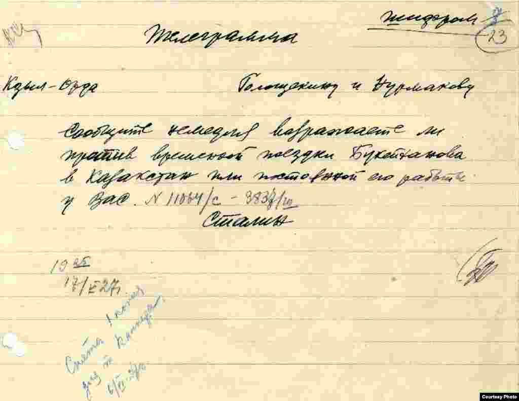 Әлиханның Қазақстанға баруына қалай қарайтынын сұрап Сталиннің Голощекин мен Нұрмақовқа жолдаған жеделхатының қолжазбасы.