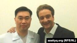 Сергей Погосян (справа) с актером сериала «Перекресток», а ныне советником министра по инвестициям и развитию Танирбергеном Бердонгаровым. Фото предоставлено Сергеем Погосяном.