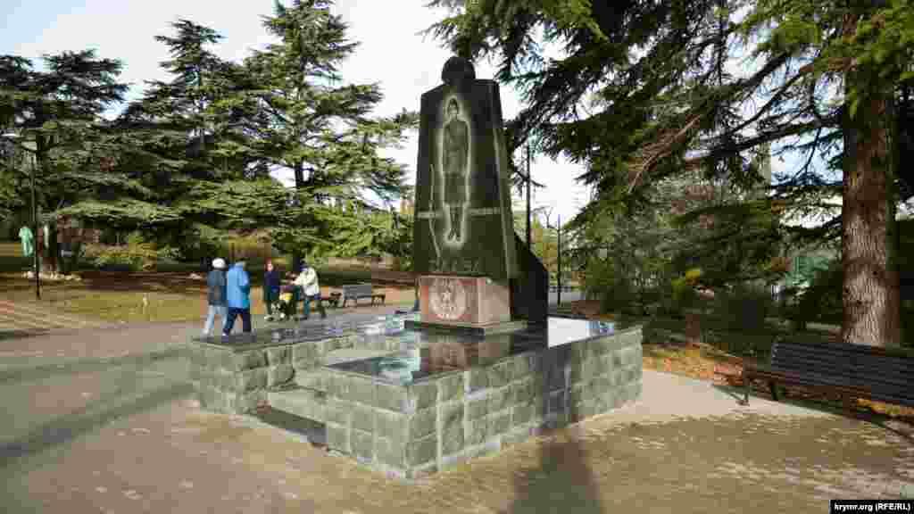 Пам'ятник жінкам-фронтовичкам біля входу в сквер