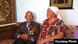 Ветеран войны Мифтах Абузаров с супругой Раисой Курмаевой. Алматинская область, 28 июля 2015 года.
