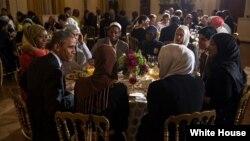 АҚШ Президенти Барак Обама ҳар йили Оқ уйда рўза тутувчиларга ифтор беради.