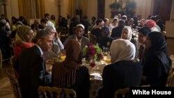 B.Obama Ağ evdə iftar verir.