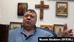 Сергей Михайлов в рабочем кабинете