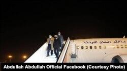 عبدالله عبدالله رئیس شورای عالی مصالحه ملی افغانستان حین ورود به میدان هوایی تاشکند. ۲۰ عقرب ۱۳۹۹