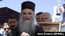 Mitropolit Amfilohije ispred crkve na Rumiji