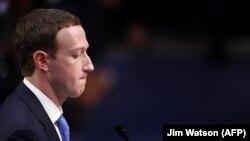 Марк Тсукерберг, раҳбари калони шабакаи иҷтимоии Facebook соли 2018 ҳам ба саволҳои Сенат посух дода буд