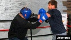 Боксерский поединок президента Чечни Рамзана Кадырова (справа) и министра физической культуры и спорта Чечни Саламбека Исмаилова. Фото со страницы Кадырова в Instagram'e.