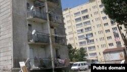 """На многиъ цхинвалских многоэтажках по всему фасаду натыканы спутниковые тарелки """"Триколор"""". Эта красноречивая картинка заставила задуматься: осталась ли аудитория у местного государственного телеканала?"""